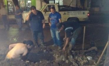 Esta noche: Una cuadrilla trabaja en la reparación del caño de calle Sarmiento