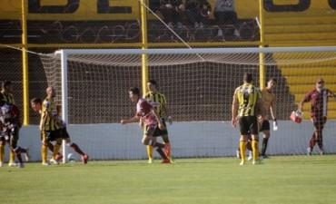 Defensores goleó 3 a 0 a Deportivo Madryn y sigue dando batalla