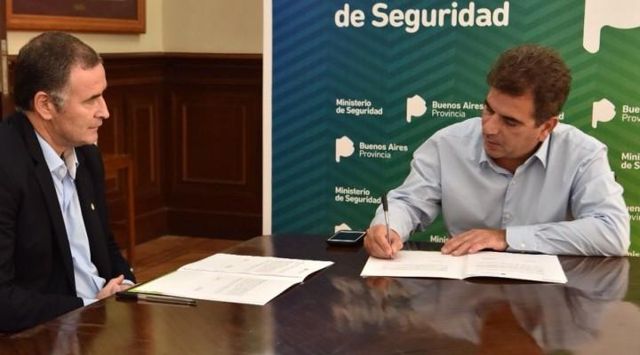 Se firmó el traspaso de la policía local y el Intendente pidió más móviles