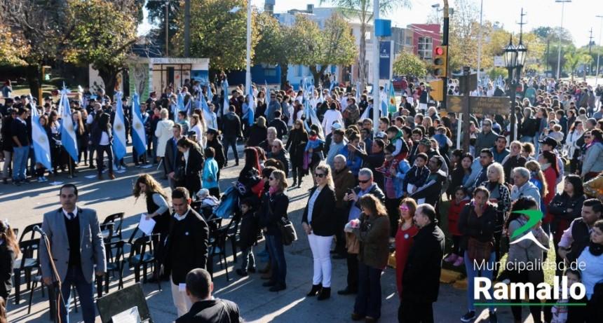 Una multitud celebró el 25 de Mayo en la plaza