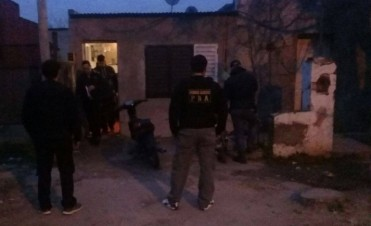 Al menos dos personas quedaron detenidas imputadas de vender drogas