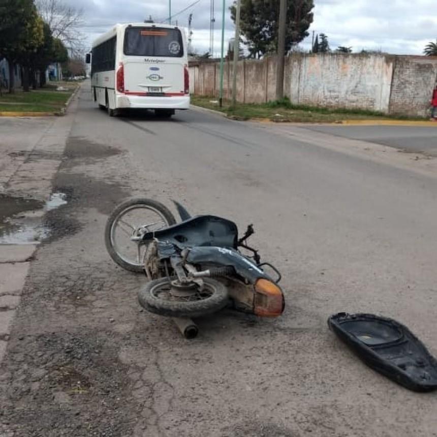 Choque entre un colectivo y una moto en Ramallo