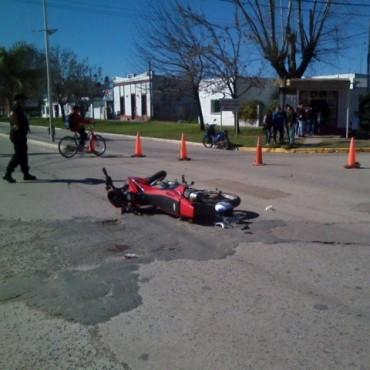 Choque entre un auto y una moto en Ramallo