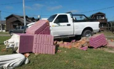 Una camioneta terminó colisionando contra el cantero central