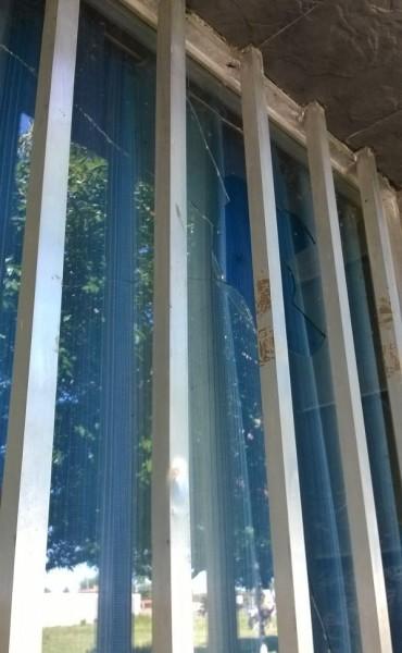 Villa General Savio: Una discusión terminó con los vidrios rotos en un local comercial