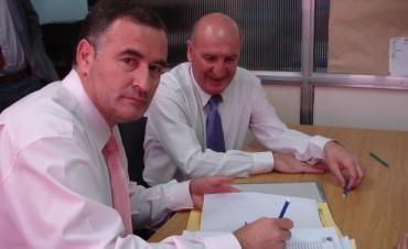 La foto del traspaso: Distendidos Poletti y Santalla, firmaron las actas de cambio de mando