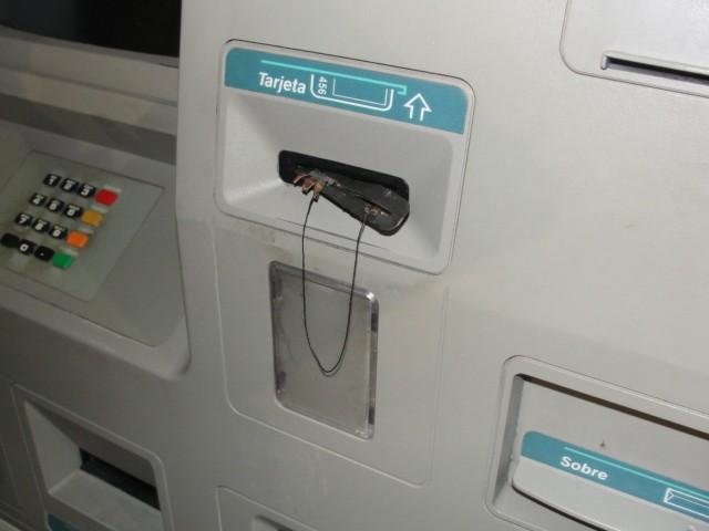 Extraen dinero de cajeros con tarjetas clonadas y saquean cuentas de ahorro