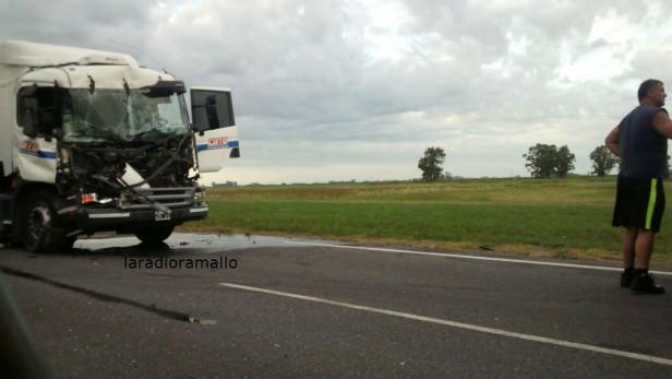 Chocan dos camiones en autopista
