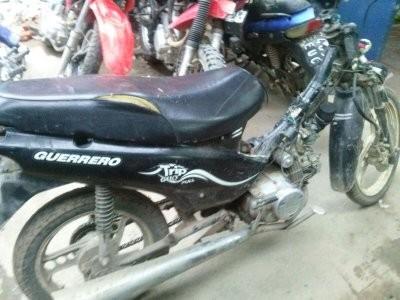 Le roban la moto y la recuperan con la ayuda de los vecinos