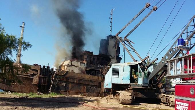 Bomberos controló un gran incendio en los astilleros