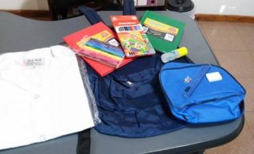 Entrega de mochilas, guardapolvos y útiles escolares