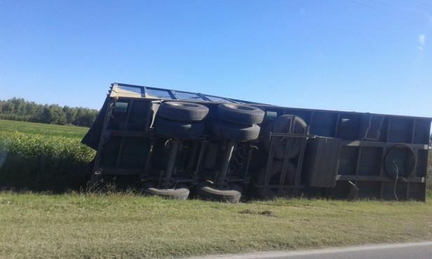 Un camión volcó su acoplado en camino de la costa
