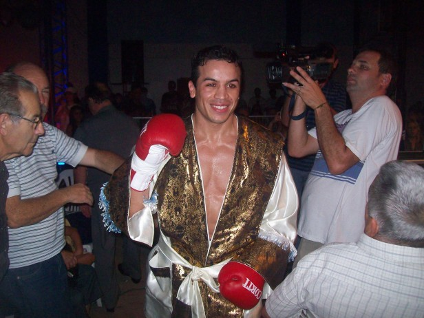 """El """"Gallo"""" Pucheta derrotó a Sala por K.O.T. en el cuarto Round"""