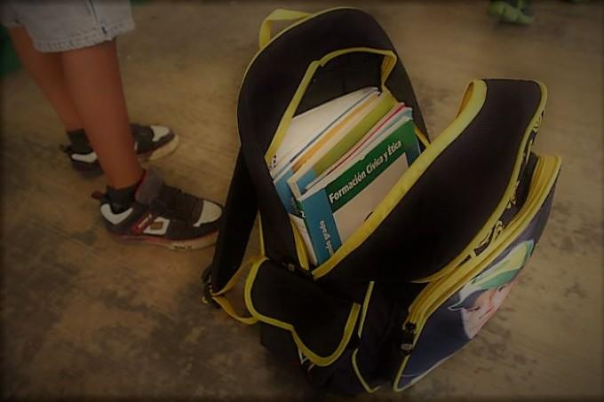 Roban las mochilas de tres alumnos a punta de pistola