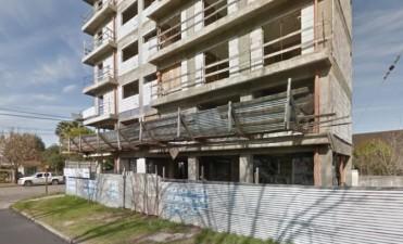 Alertan por desprendimientos de maderas en edificio