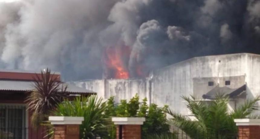 Voraz incendio en una mueblería de Ramallo