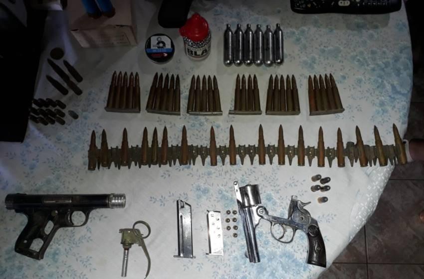 Villa General Savio: Discutió en la calle en Villa Ramallo, lo denunciaron y en su casa encontraron un arsenal