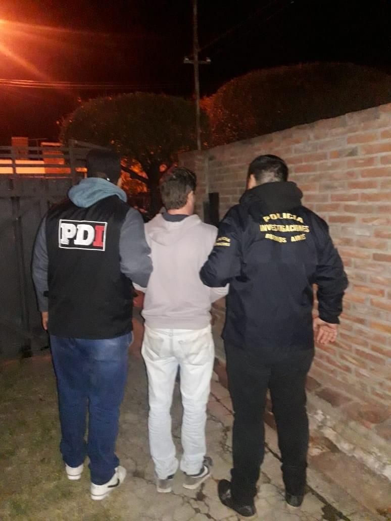 Un detenido y un prófugo