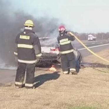 Se prendió fuego un auto en ruta 9