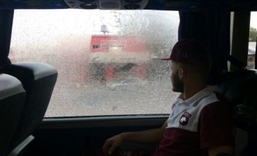 El micro de Defensores fue apedreado cuando se retiraba del estadio en Gutiérrez