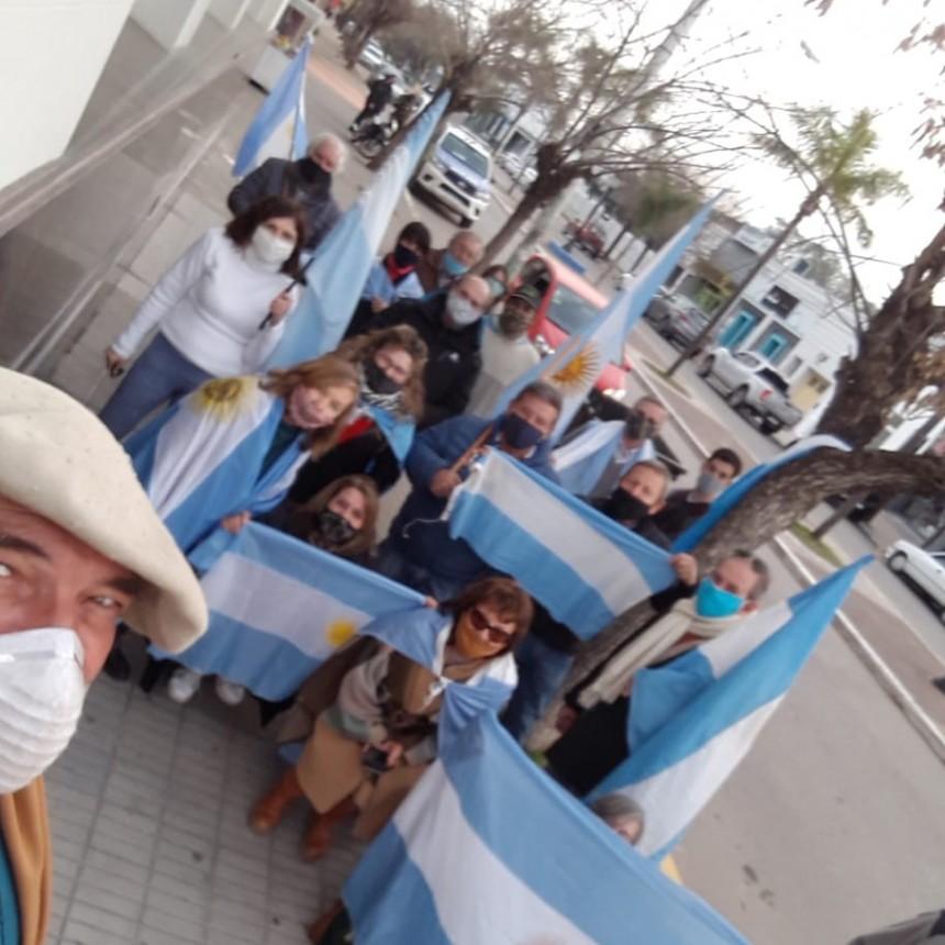 Villa Ramallo: Banderazo frente al Banco Nación