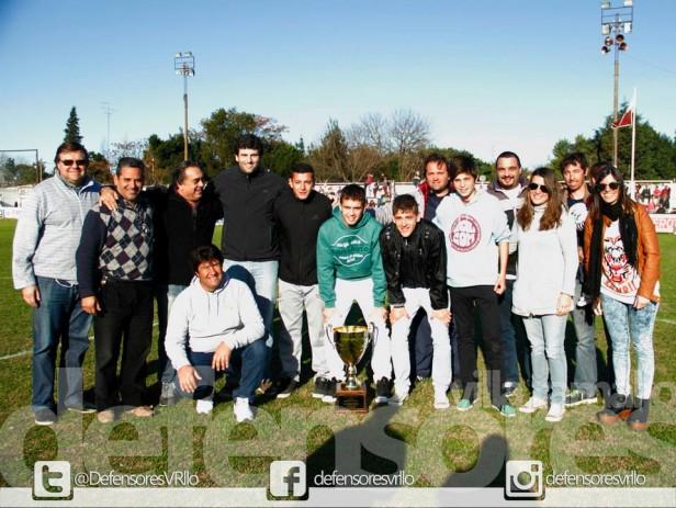 """Defensores recibió el Trofeo """"Mauricio Claverol"""" por el título en el Apertura"""