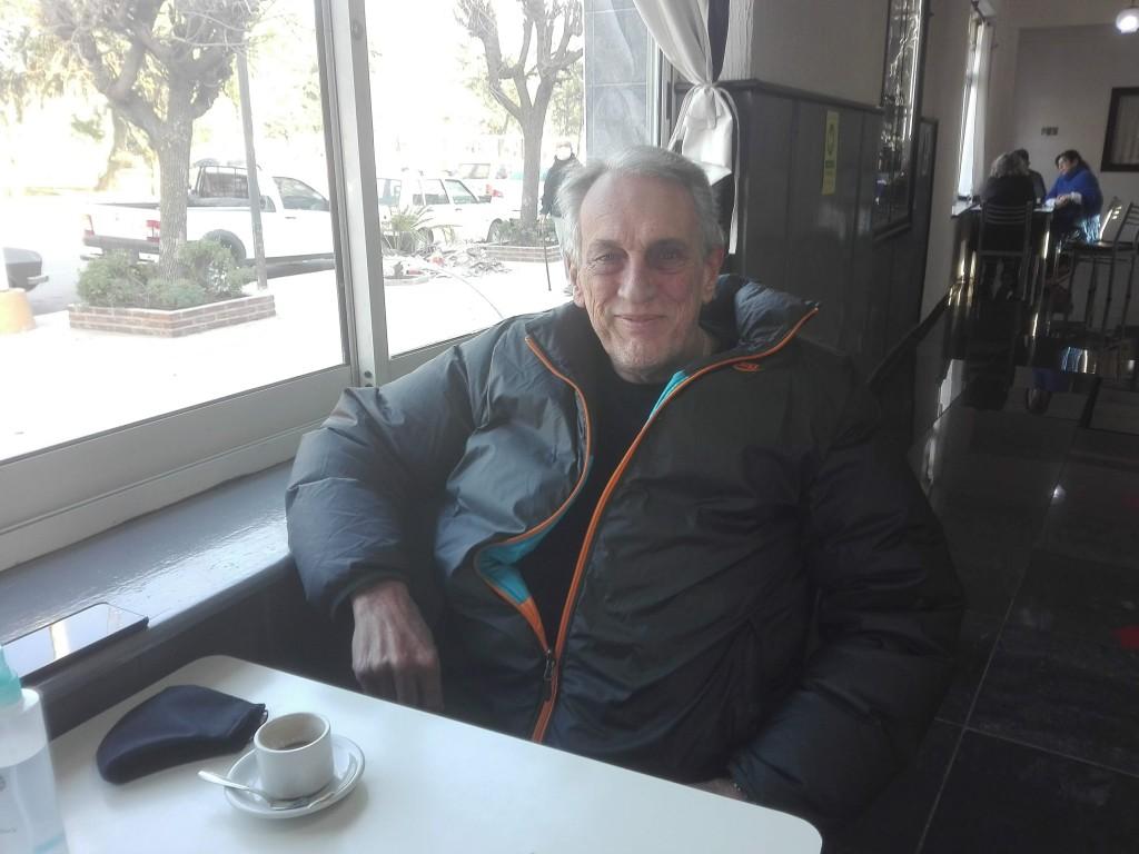 El flaco Traverso disfruta del café y también se tomó la caña con ruda