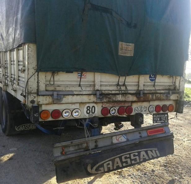 Un auto se metió abajo de un camión