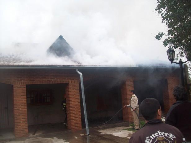 Se incendió una vivienda en Ramallo los bomberos trabajan en el lugar