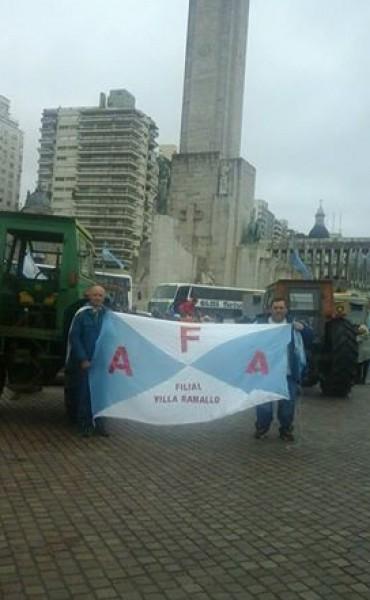 Tractorazo de Chacareros en el Monumento a la Bandera de Rosario