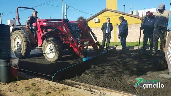 El municipio retomó la obra de asfaltado en el barrio AMUCHOCA