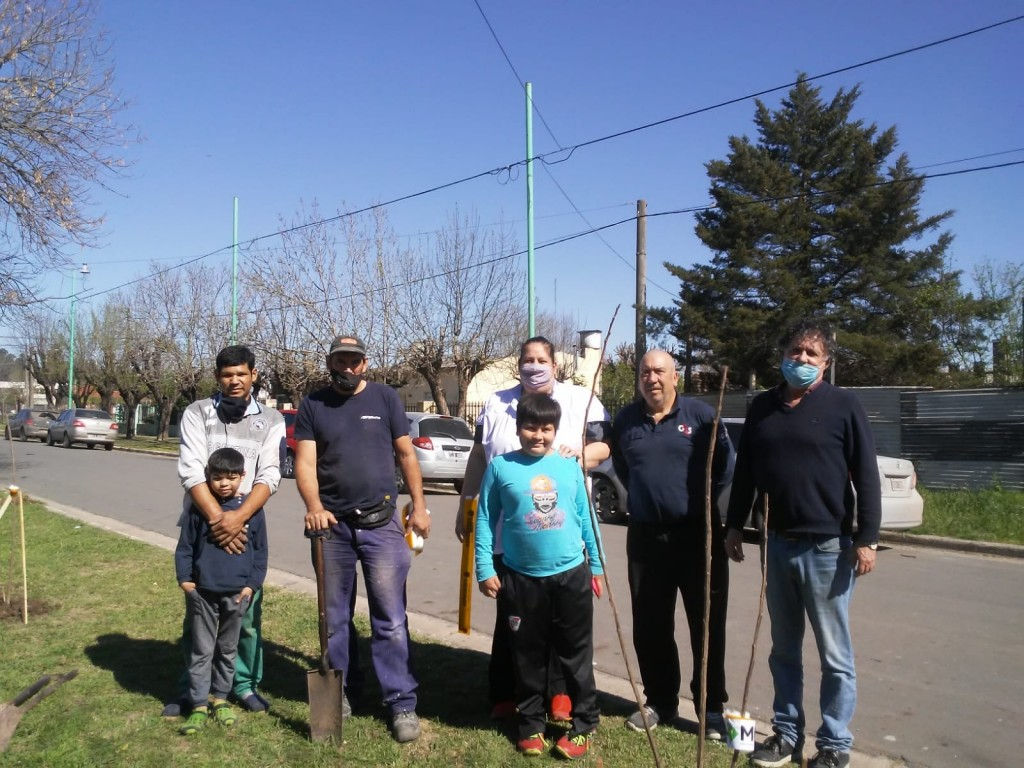 La municipalidad de Ramallo plantó álamos junto a la comunidad educativa de la escuela nº26