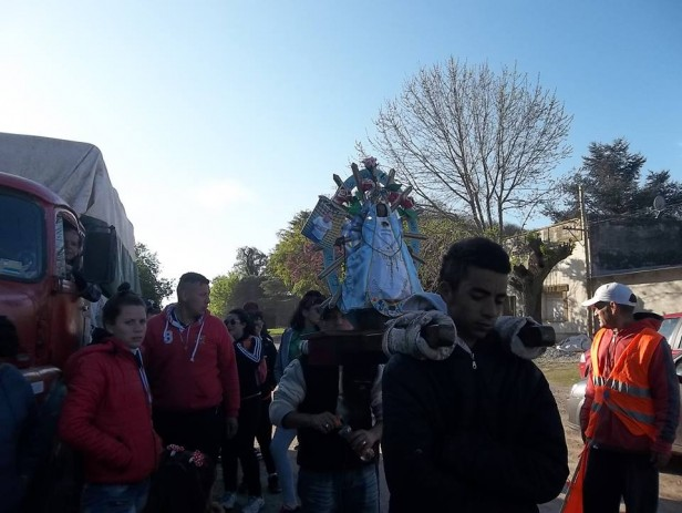 Los peregrinos pasaron caminando rumbo a Luján