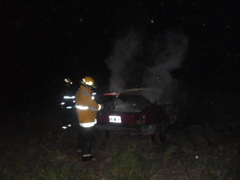 Se incendió un auto en el camino de la costa