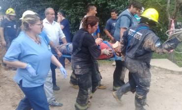 Bomberos rescatan un hombre sepultado por un desmoronamiento de tierra