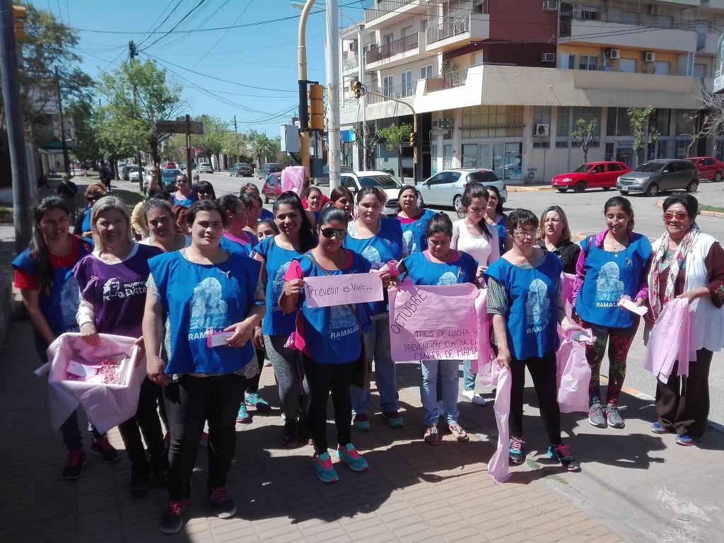 El Frente de Mujeres del Movimiento Evita recorrió la Avenida San Martín colocando cintas rosas