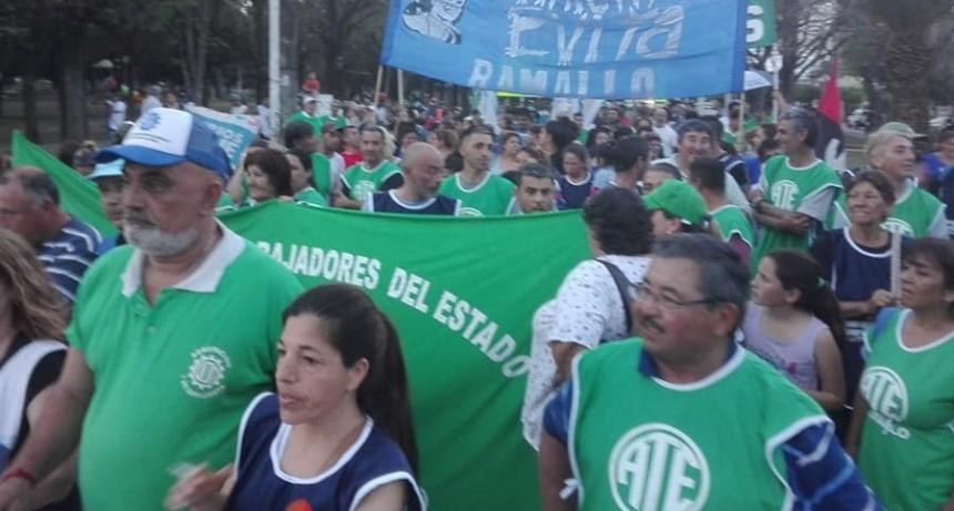 Multitudinaria marcha por las calles de Ramallo en defensa del trabajo en la región.