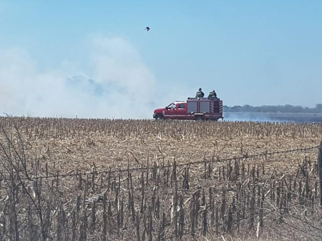 Arduo trabajo de bomberos para combatir un incendio en la zona rural