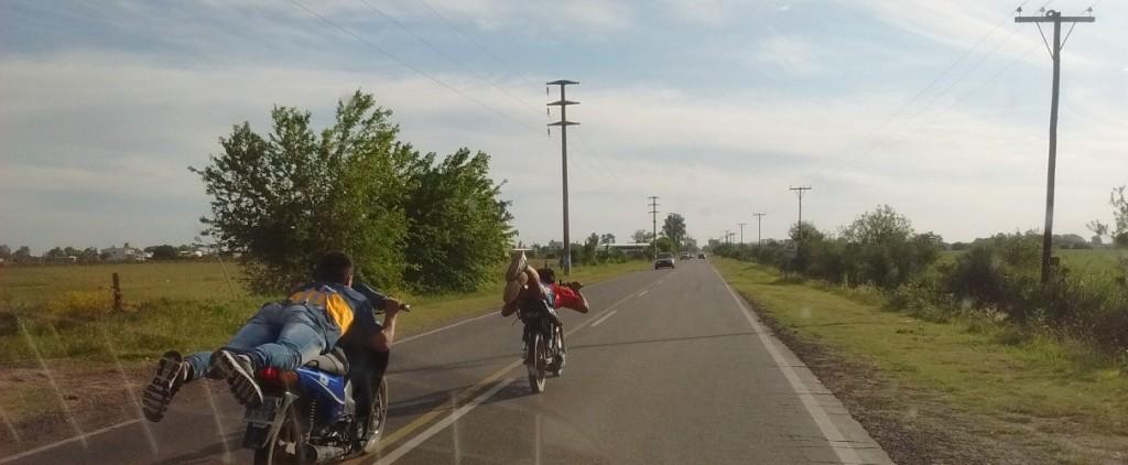 Picadas de motos en el camino de la Costa, una situación que se repite