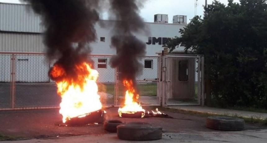 Protesta de trabajadores por falta de pago de sueldos en una empresa del parque Comirsa