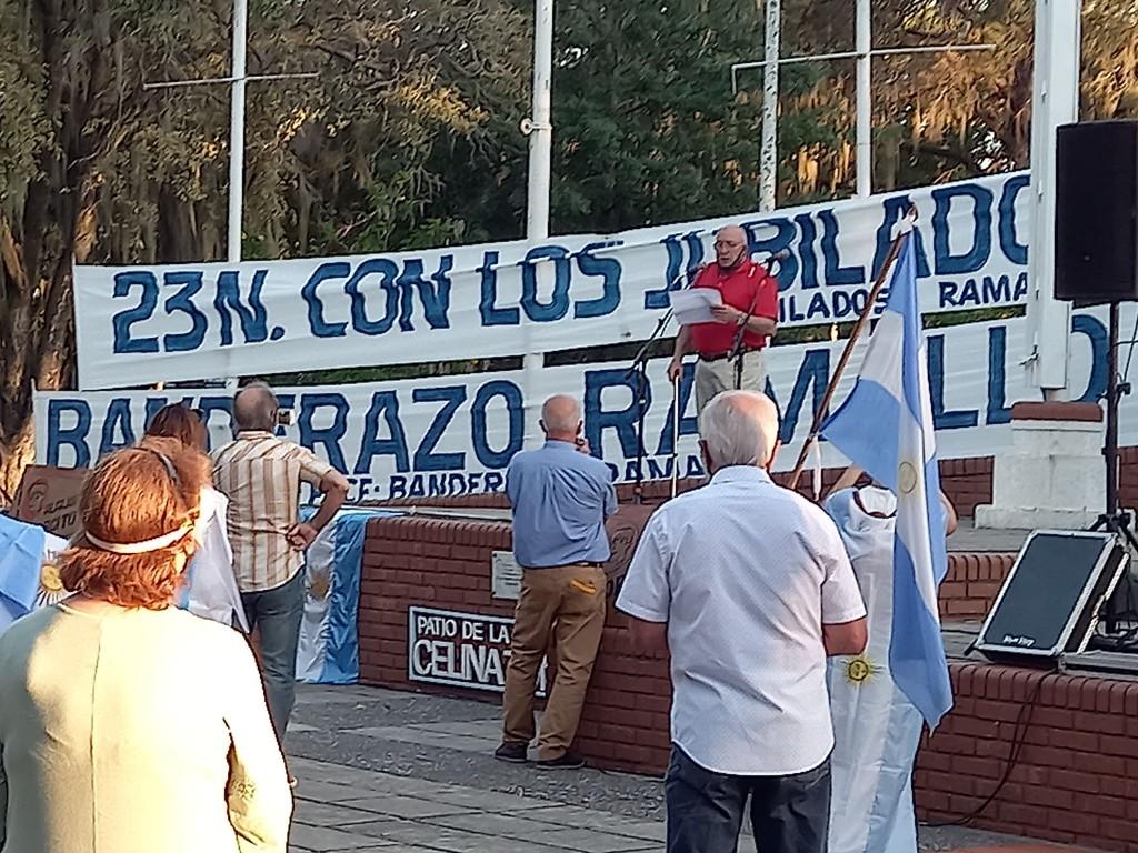 Un grupo de Jubilados y Pensionados protestaron en la plaza