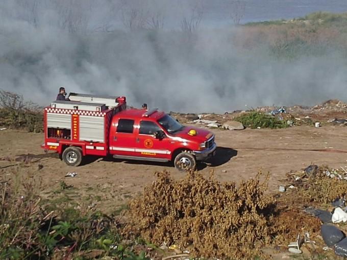 Incendio en el relleno costero