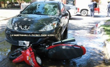 Fuerte impacto entre un auto y una moto