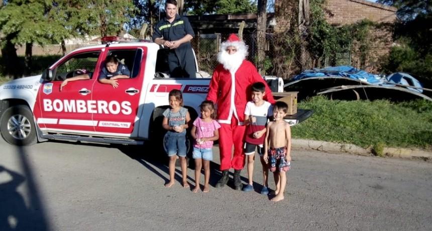 Papá Noel salió de recorrida con los Bomberos de Pérez Millán