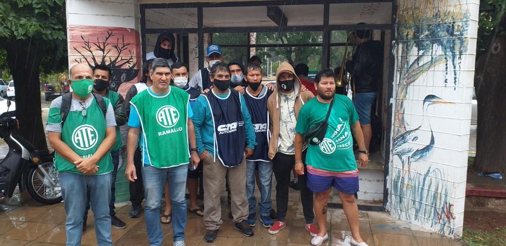 En una jornada marcada por la lluvia, diferentes organizaciones apoyaron el reclamo de los recolectores de residuos.