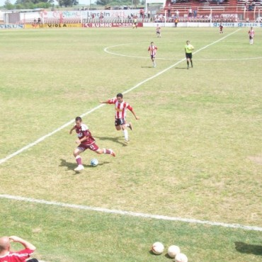 Defensores goleó a Rivadavia en Lincoln